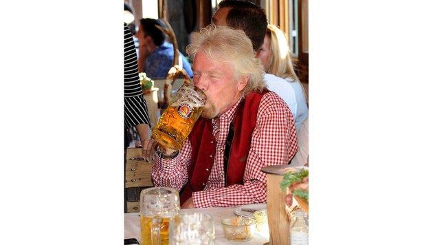 Richard Branson nimmt einen großen Schluck (Bild: babiradpicture/Chr.Stiefler)