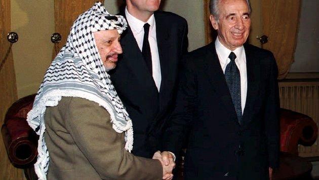 Peres mit Yasser Arafat nach der Unterzeichnung des Oslo-Abkommens (Bild: AFP)