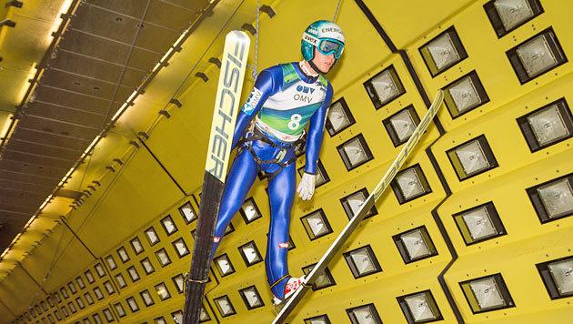 Stefan Kraft hängt in den Seilen - er testet mit den anderen ÖSV-Adlern im Windkanal. (Bild: ÖSV/FLORIAN KOTLABA)