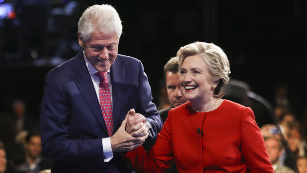 Hillary mit Ehemann Bill Clinton (Bild: APA/AFP/GETTY IMAGES/JOE RAEDLE)