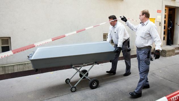 Die Leiche der 53-Jährigen wurde zur Obduktion in die Gerichtsmedizin gebracht. (Bild: APA/GEORG HOCHMUTH)