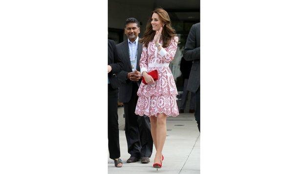 Herzogin Kate im rot-weißen Kleid (Bild: 2016 Getty Images)