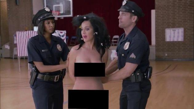 Die nackte Katy Perry wird schließlich von Cops abgeführt. (Bild: facebook.com/katyperry)