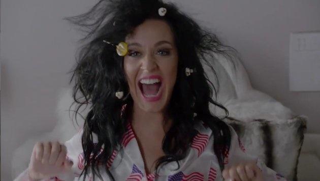 Wählen kann man in jedem Outfit gehen, so Katy Perry, - auch mit Popcorn und Lutscher in den Haaren. (Bild: facebook.com/katyperry)