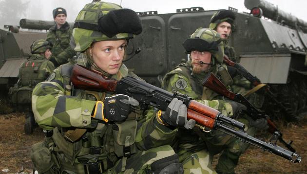 Auch Frauen können in Schweden in die Armee eintreten. (Bild: ALEXANDER DROZDOV/AFP/picturedesk.com)