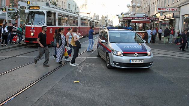 Bruder von Amoklenker schlägt auf Polizist ein (Bild: Andi Schiel)