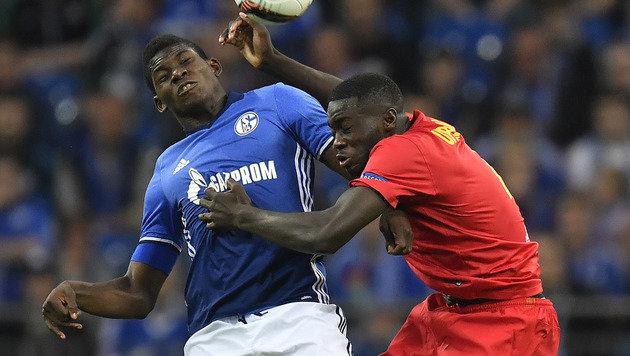 Schalke-Fans mit übler Aktion gegen RB Salzburg (Bild: AP)