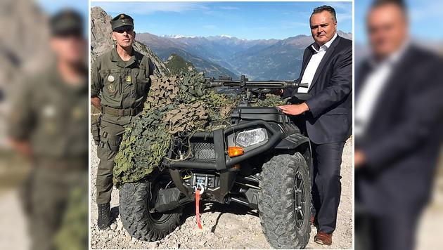 Minister Hans Peter Doskozil übergab Bataillonskommandant Oberst Bernd Rott offiziell die  Quads. (Bild: Hannes Wallner)