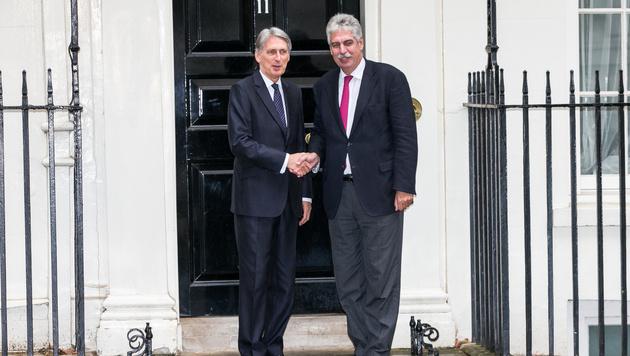 Schelling mit seinem britischen Amtskollegen Philip Hammond (Bild: Benedikt Loebell/BMF)