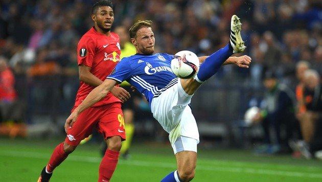 Schalke-Fans mit übler Aktion gegen RB Salzburg (Bild: AFP)