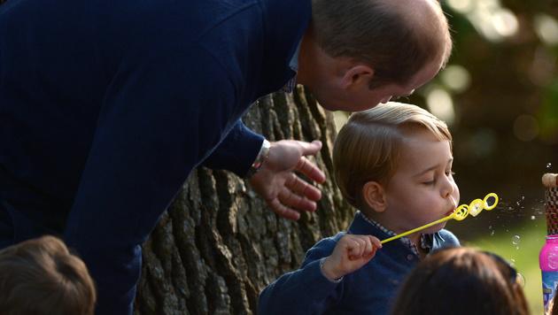 Prinz George übt sich im Luftblasen machen. (Bild: AP)