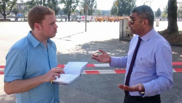 Intel-Manager Anil Nanduri im Gespräch mit krone.at-Reporter Dominik Erlinger (Bild: Intel)