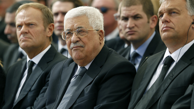 Palästinenserpräsident Abbas neben EU-Ratspräsident Tusk (li.) und Ungarns Premier Orban (Bild: AP)