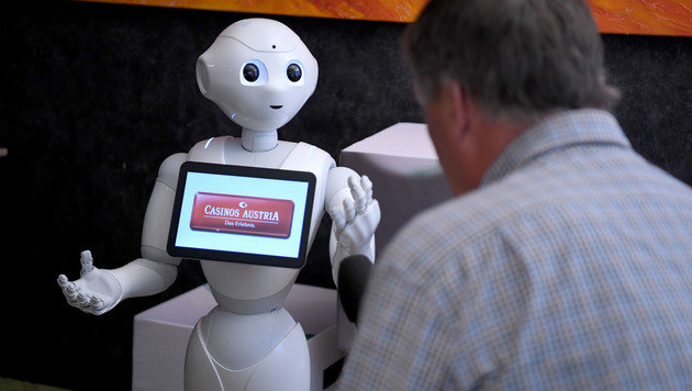 Interview mit einem Roboter: Pepper gibt Antwort (Bild: APA/ROLAND SCHLAGER)