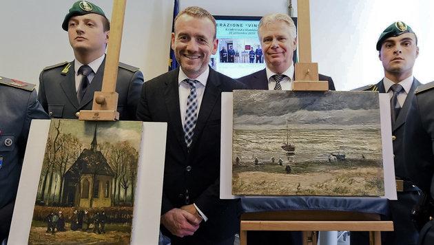Der Direktor des Van Gogh Museums in Amsterdam, Alex Rueger (zweiter von links), mit den Gemälden (Bild: AP/ANSA)