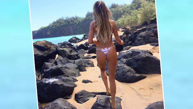 Wow! Die hübsche Surferin Alana Blanchard spaziert an einem wahren Traumstrand. (Bild: instagram.com)