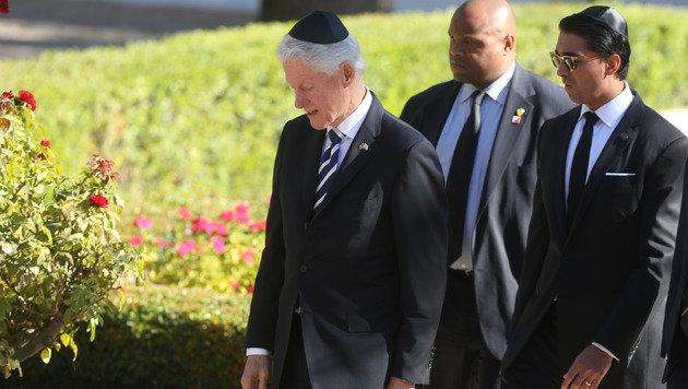 Ex-US-Präsident Bill Clinton am Nationalfriedhof (Bild: APA/AFP/MENAHEM KAHANA)