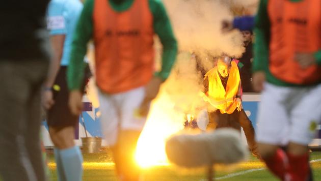 Spielunterbrechung: Pyro-Skandal bei Tiroler Derby (Bild: GEPA)