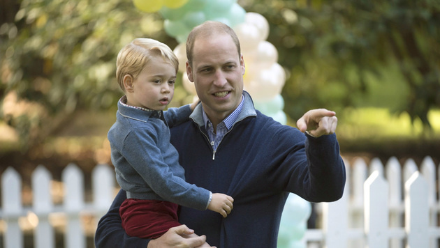 Auf Papas Arm hat Prinz George die beste Aussicht. (Bild: AP)