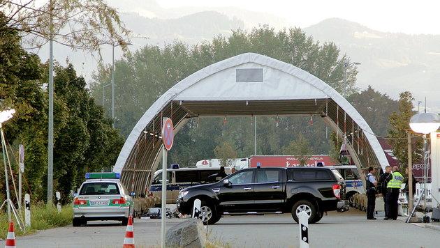 Die Kontrollstelle des Grenzübergangs Kiefersfelden (Bild: APA/dpa/Josef Reisner)