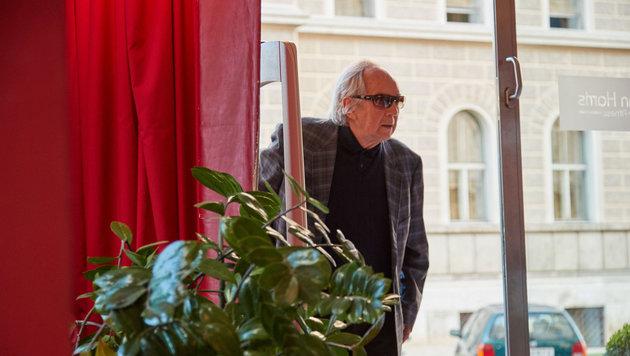 Otto Schenk lugt beim Fenster rein ... (Bild: Starpix/ Alexander TUMA)