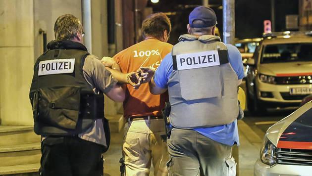Ein Verdächtiger wurde in Handschellen abgeführt. (Bild: MARKUS TSCHEPP)