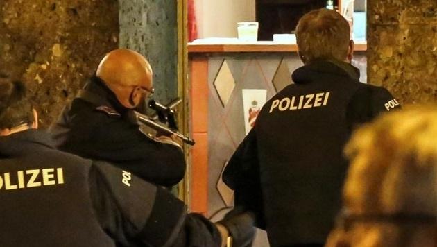 Straßensperren, bewaffnete Beamte und zwei Festnahmen: Polizisten mussten in Lehen aufräumen. (Bild: Markus Tschepp)