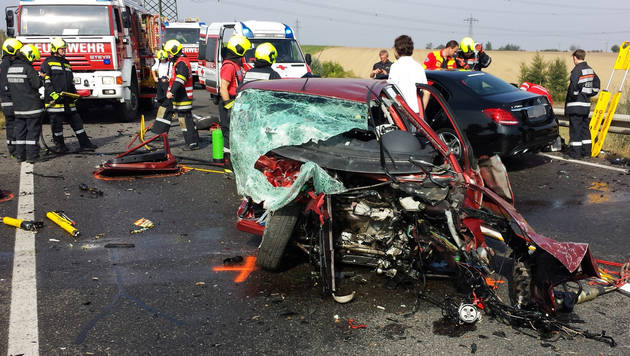 Eine Tote und drei Verletzte bei Frontalkollision (Bild: APA/BFK HOLLABRUNN)