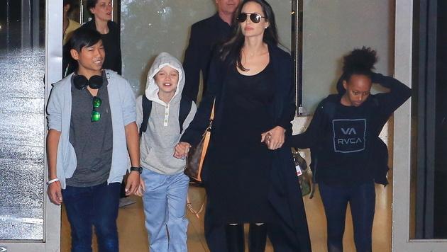 Angelina Jolie mit Pax, Shiloh und Zahara (v.l.n.r.) (Bild: Viennareport)