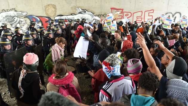 Frankreich: Krawalle bei Flüchtlingslager Calais (Bild: AFP)