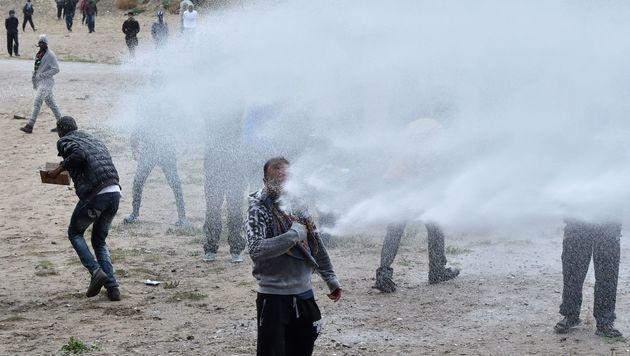 Frankreich: Krawalle bei Flüchtlingslager Calais (Bild: APA/AFP/PHILIPPE HUGUEN)