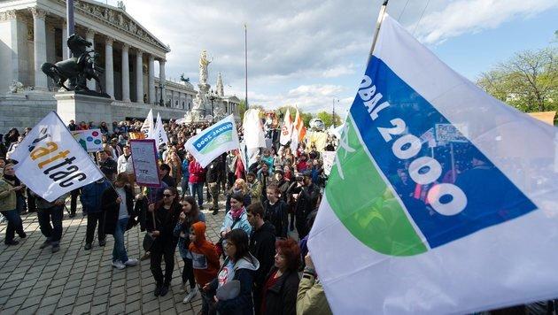 Zehntausende Österreicher bei einer Demo gegen Sonderklagsrechte für Konzerne (Bild: EXPA/Michael Gruber)