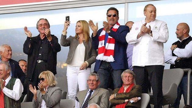 Arnold Schwarzenegger beim 1:1 der Bayern gegen den 1. FC Köln mit Coach Peter Stöger. (Bild: twitter.com)