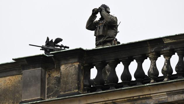Ein Scharfschütze auf dem Dach der Dresdener Semperoper (Bild: AP)