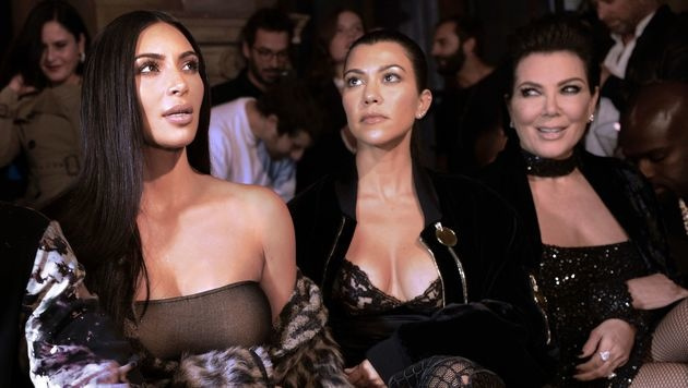 Kim und Kourtney Kardashian mit Kris Jenner bei einer Modenschau in Paris (Bild: AFP)