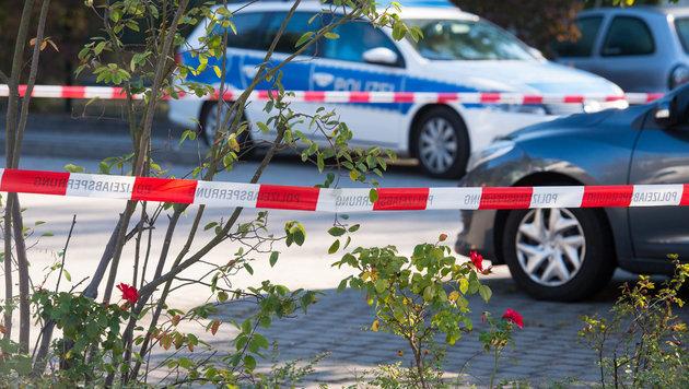 Der Tatort auf einem Parkplatz wurde von der Polizei abgesperrt. (Bild: dpa-Zentralbild/Patrick Pleul)