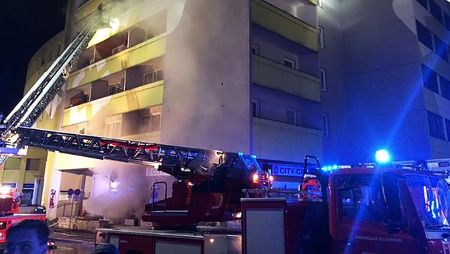 Evakuierung der Bewohner per Drehleiter (Bild: ROTES KREUZ BRUCK/KAPFENBERG/THO)