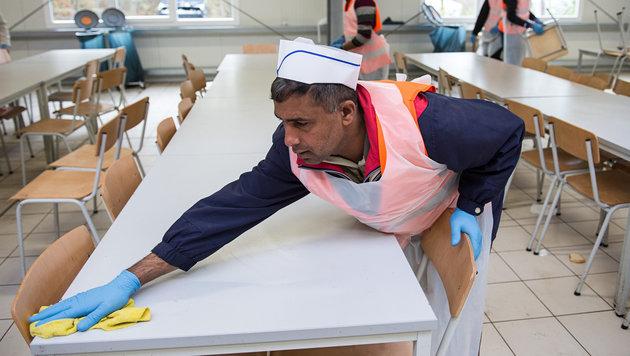 Typischer Flüchtlingsjob: Abräumer (Bild: APA/dpa/Wolfram Kastl)