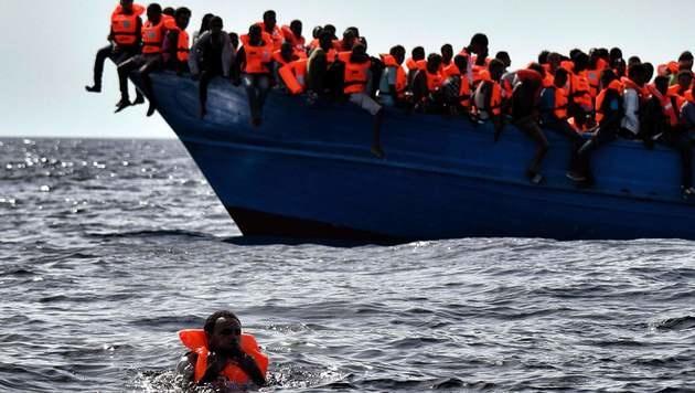 Wieder 100 Tote im Mittelmeer befürchtet (Bild: AFP)