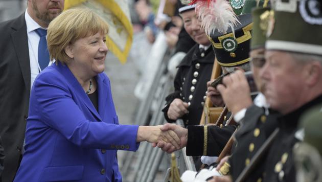 Merkel zeigte sich trotz des Pegida-Pöbels volksnah. (Bild: AP)
