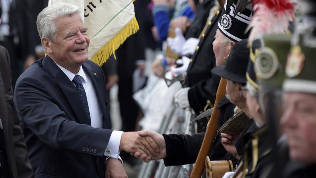 Joachim Gauck ließ sich von den persönlichen Anfeindungen am Einheitsfeiertag nicht abschrecken. (Bild: AP)