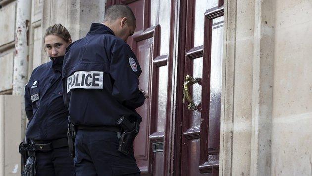Polizisten vor dem Gebäude in Paris, in dem Kim Kardashian überfallen wurde. (Bild: EPA)