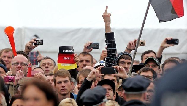 Krawallmacher am Deutschen Einheitsfeiertag: Ein Bild sagt mehr als 1000 Worte ... (Bild: APA/AFP/DPA/JAN WOITAS)