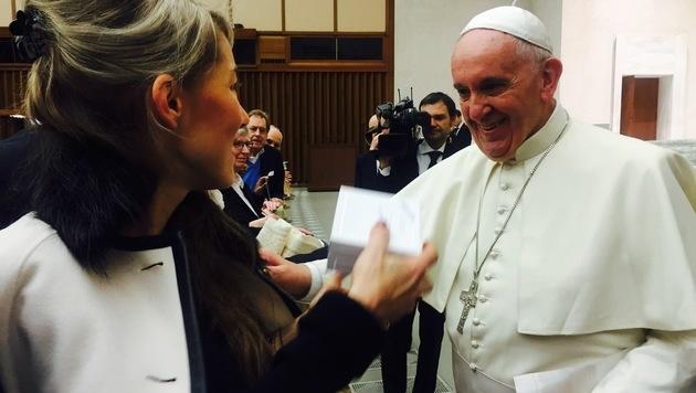 Papst Franziskus zeigte sich begeistert vom gesunden Snack. (Bild: Carina Pirngruber)