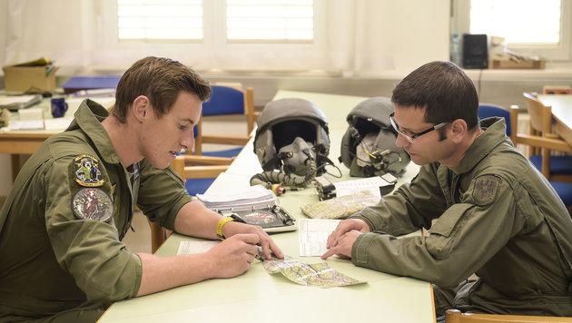 Leutnant Wöss (links) und Major Klein beim Briefing vor dem Abflug (Bild: Pusch)