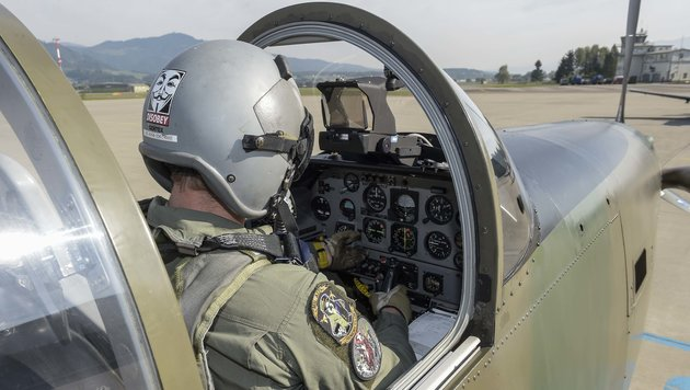 Wieder am Boden: Blick in das Cockpit der wendigen Propellermaschine (Bild: Pusch)
