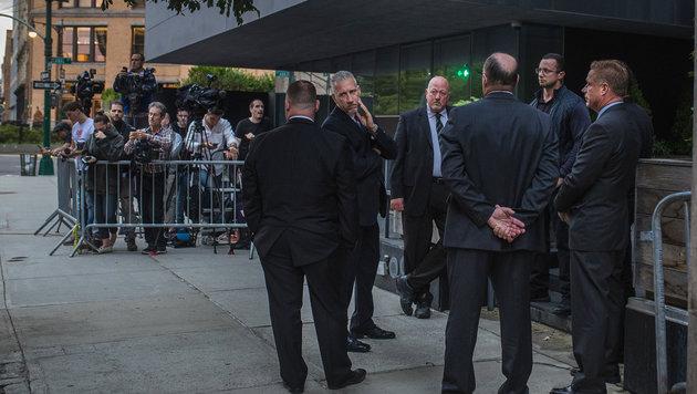 Security-Männer vor dem Gebäude, in dem Kim Kardashian in New York mit ihrer Familie wohnt. (Bild: AP)