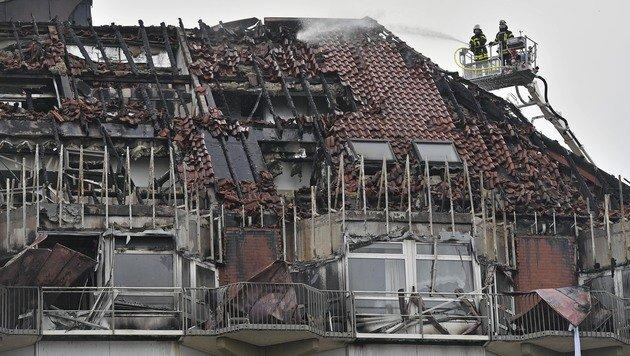 Das Dach und die oberen Stockwerke des Krankenhauses wurden schwer in Mitleidenschaft gezogen. (Bild: ASSOCIATED PRESS)