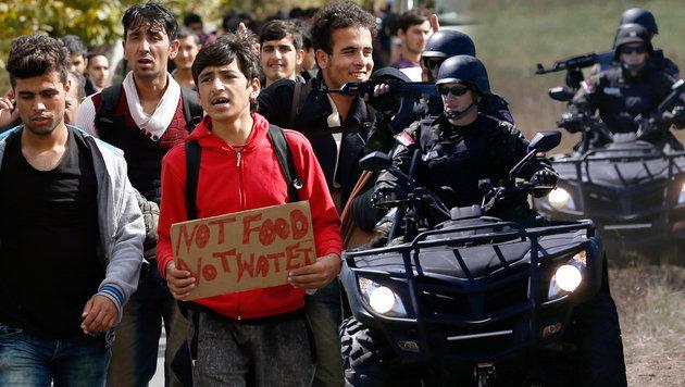 Serbien kündigt komplette Grenzschließung an (Bild: AP/Darko Vojinovic)