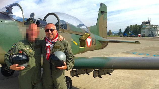krone.at-Chefredakteur Richard Schmitt mit einem Einsatzpiloten, der unerkannt bleiben möchte (Bild: Bundesheer)
